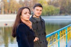 Jeunes couples se tenant sur le pont en parc en automne Photos libres de droits