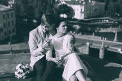 Jeunes couples se tenant sur le toit des couples nouveau-mariés Photo libre de droits