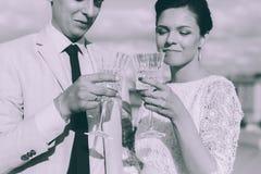 Jeunes couples se tenant sur le toit des couples nouveau-mariés Images libres de droits