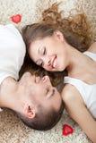 Jeunes couples se trouvant sur le tapis Image stock