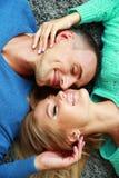 Jeunes couples se trouvant sur le tapis Photo libre de droits