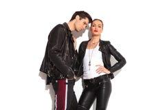 Jeunes couples sensuels dans des vestes en cuir Image libre de droits