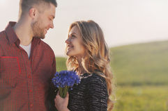 Jeunes couples sensuels renversants dans l'amour ayant l'amusement dans le domaine d'été photos stock