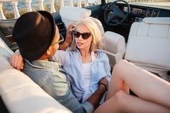 Jeunes couples sensuels se reposant et embrassant dans le cabriolet Image libre de droits
