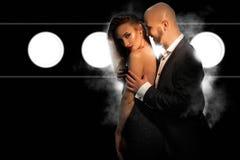 Jeunes couples sexuels dans l'amour dans le costume et la robe noirs Image libre de droits