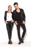 Jeunes couples sexy dans la pose de vestes en cuir Photo stock