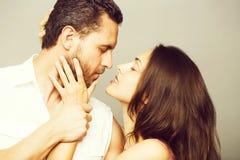 Jeunes couples sexy dans le studio photo libre de droits