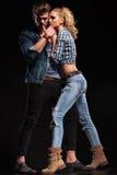 Jeunes couples sexy posant dans le studio sur le fond noir Images libres de droits