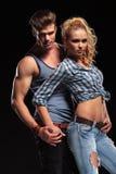 Jeunes couples sexy tenant des mains Photo libre de droits