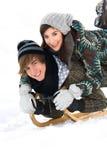 Jeunes couples sledding Photos libres de droits