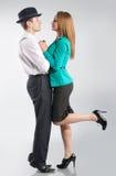 Jeunes couples snuggling sur le fond gris Images stock