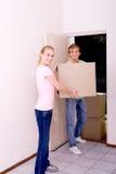 Jeunes couples sortant  Photo libre de droits