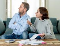 Jeunes couples soumis à une contrainte ayant un argument au-dessus des paiements de dettes de voiture de crédit et des finances à images stock