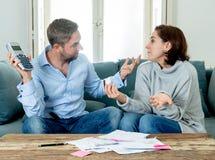 Jeunes couples soumis ? une contrainte ayant un argument au-dessus des paiements de dettes de voiture de cr?dit et des finances ? photographie stock