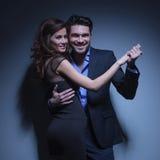 Jeunes couples souriant dans la pose de danse Photo libre de droits