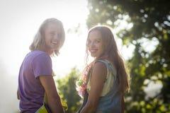 Jeunes couples souriant en parc Images libres de droits