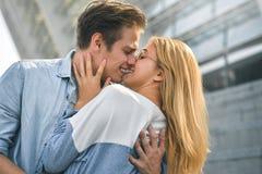 Jeunes couples souriant et ayant l'amusement dehors une date photos stock