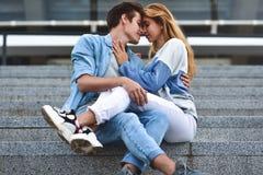 Jeunes couples souriant et ayant l'amusement dehors une date images stock