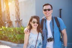 Jeunes couples souriant et marchant sur la rue Image stock