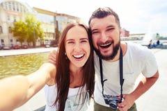 Jeunes couples souriant sincèrement tout en faisant le selfie Photographie stock libre de droits