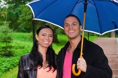 Jeunes couples sous le parapluie Photographie stock