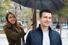 Jeunes couples sous le parapluie Photo libre de droits