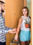 Jeunes couples séparant après querelle Images stock