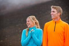 Jeunes couples sportifs attrayants, tissus sportifs de port Photographie stock libre de droits