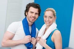 Jeunes couples sportifs heureux au gymnase Image libre de droits