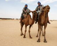 Jeunes couples sur des chameaux Images libres de droits
