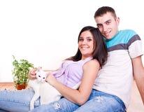 Jeunes couples sur l'étage avec le chat Images stock