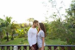 Jeunes couples sur l'hôtel, l'homme et la femme tropicaux de terrasse dans la lune de miel tropicale de vacances de vacances d'am Images libres de droits
