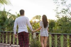 Jeunes couples sur l'hôtel, l'homme et la femme tropicaux de terrasse dans la lune de miel tropicale de vacances de vacances d'am Photo libre de droits