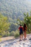 Jeunes couples sur la colline de montagne Photo stock