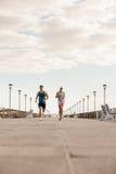 Jeunes couples sur la course de matin Photographie stock libre de droits