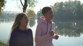 Jeunes couples sur la course de matin en parc banque de vidéos