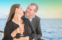 Jeunes couples sur la croisière de coucher du soleil Photo stock