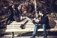 Jeunes couples sur la marche de vacances Photos libres de droits