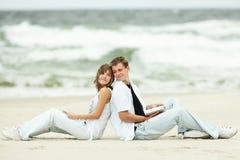 Jeunes couples sur la plage Images libres de droits
