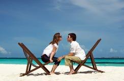 Jeunes couples sur la plage Image libre de droits