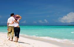 Jeunes couples sur la plage Photo stock