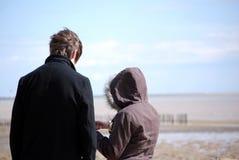 Jeunes couples sur la plage Images stock