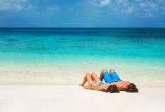 Jeunes couples sur la plage tropicale Images libres de droits