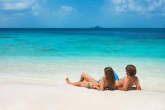 Jeunes couples sur la plage tropicale Image stock