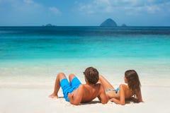 Jeunes couples sur la plage tropicale Photo stock