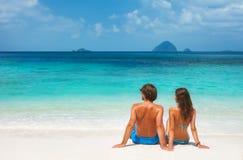 Jeunes couples sur la plage tropicale Photos libres de droits