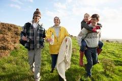 Jeunes couples sur la promenade de pays Photographie stock libre de droits