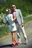Jeunes couples sur la route de campagne Image libre de droits