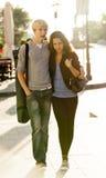Jeunes couples sur la rue de la ville. Photos stock