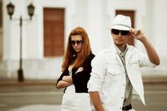 Jeunes couples sur la rue de ville. Image libre de droits